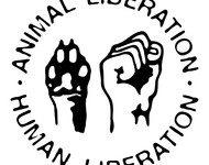 """Faust und Pfote. Im Kreis drumherum steht: """"Animal Liberation- Human Liberation"""""""