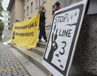 Vor dem Gericht in Zürich protestieren Aktivisti gegen das Urteil