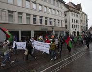 Ein Demonstrationszug mit afghanischen Nationalfahnen, Transparenten und Schildern, zieht durch die Freiburger Kaiser-Joseph-Straße.