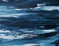 Gemalte Texturen in verschiedenen Blau- und Weißtönen erinnern an ein aufgebrachtes Meer.