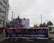 """Das Fronttransparend der Bündnisdemonstration, weiß eingerahmter Blauer Grund und roter Schrift: """"Wir sind alle Linx"""" Untertitel weiße Schrift: """"Wir sind alle Antifaschist:innen"""""""