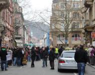 Zwei - gegensätzliche Versammlungen vor dem Polizeieingriff in der Humboldstr.