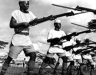 Afrikanische_Kolonialsoldaten_der_britischen_Streitkraefte_beim_Training